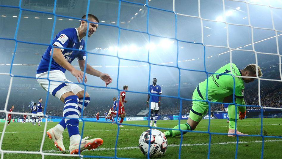 Schalkes Matija Nastasic (l.) nach einem Gegentor