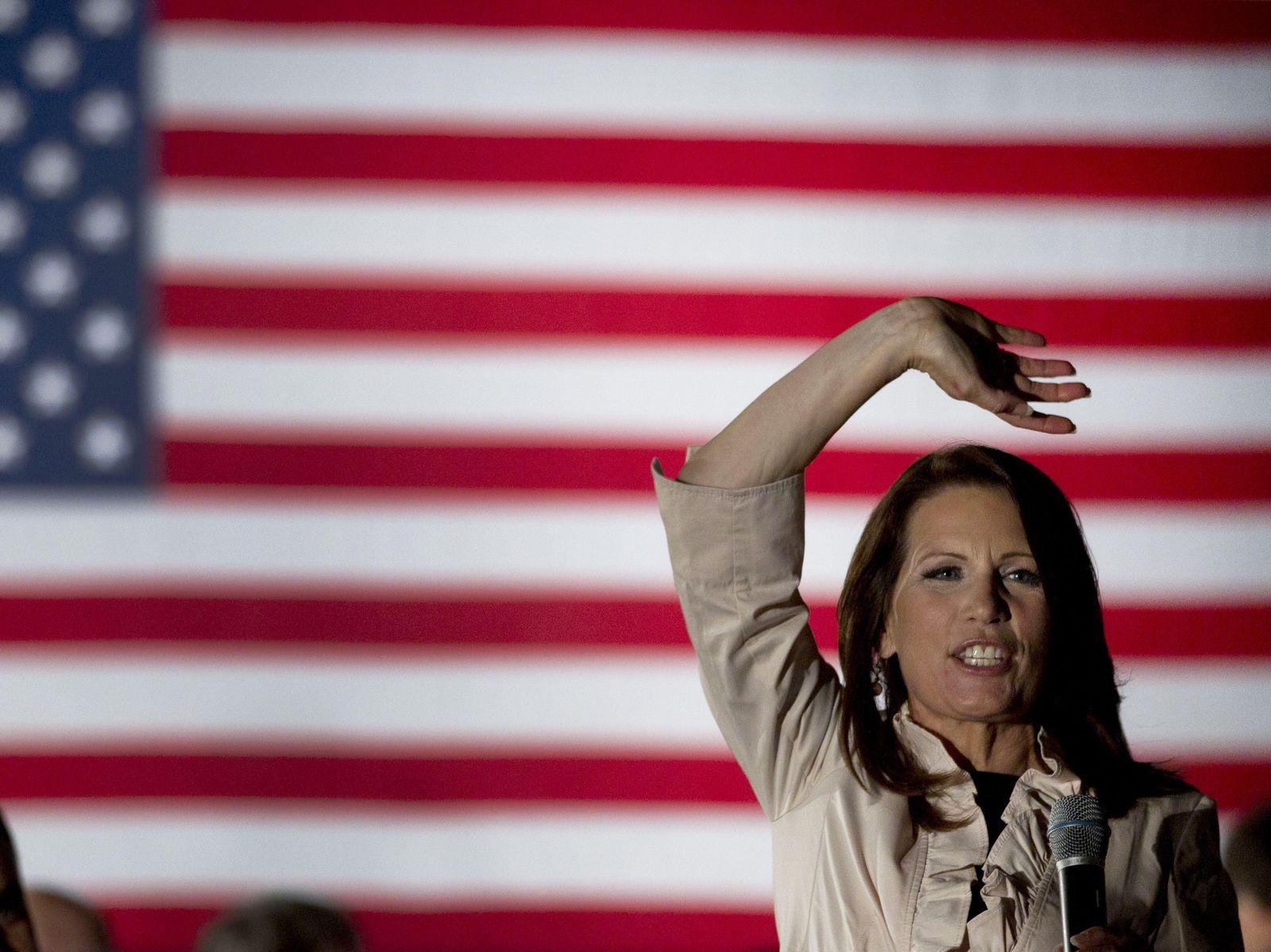 Bachmann winkt vor US-Fahne