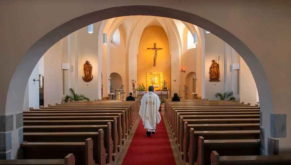 """""""Ich wünsche mir noch mehr deutliche Worte"""": Priester bei einer Messe in Ralbitz"""