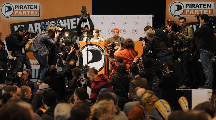 Umzingelt von Kameras: Weisband auf dem letzten Bundesparteitag in Neumünster