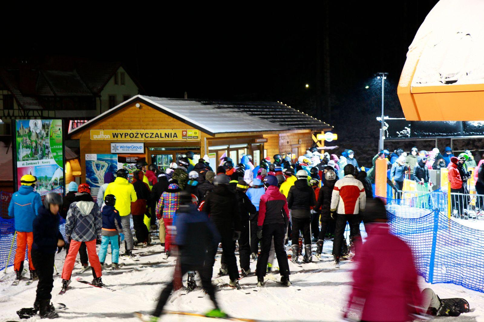 Großer Menschenandrang bis zum Abend auf den Skipisten im niederschlesischen Karpacz (Krummhübel), einen Tag vor dem ha