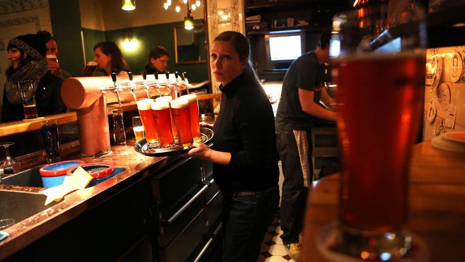 Minijobberin in einer Bar