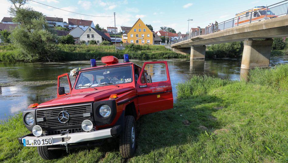 Einsatzfahrzeuge am Donauufer: ohne Schwimmweste ins Wasser