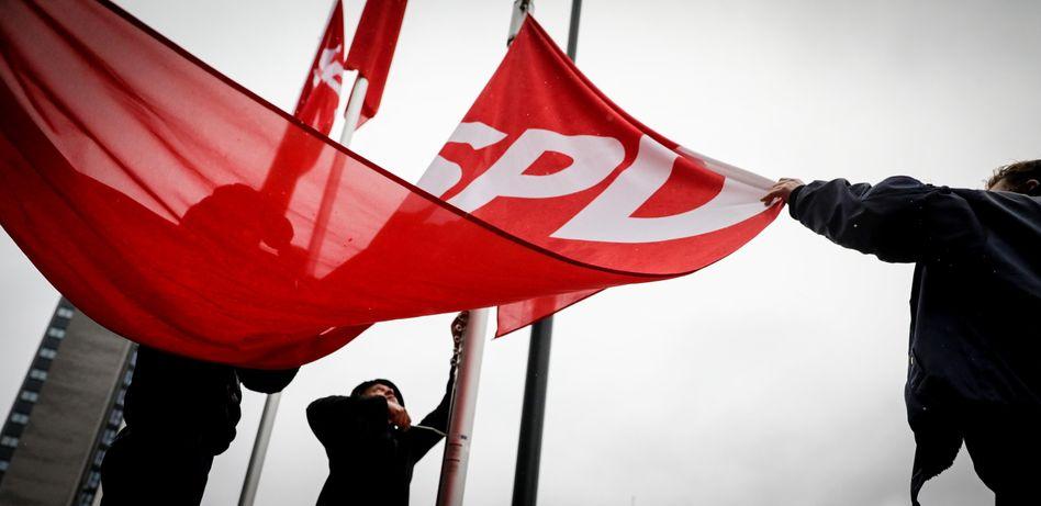 SPD-Fahnen bei Parteitag in Bonn