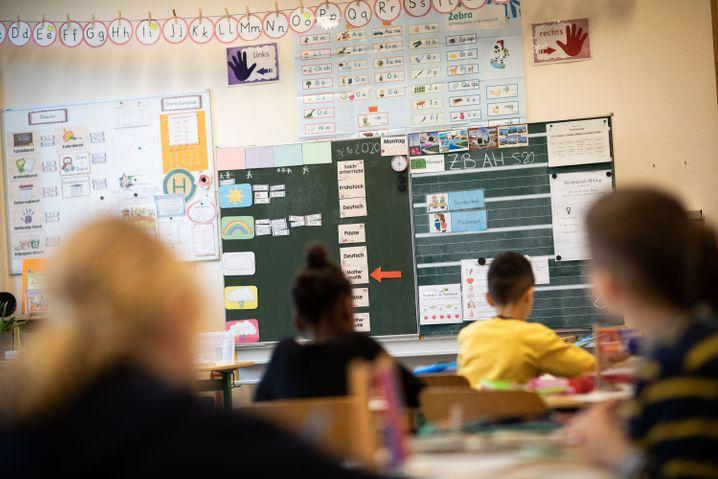 Hamburger Grundschüler in ihrer Klasse