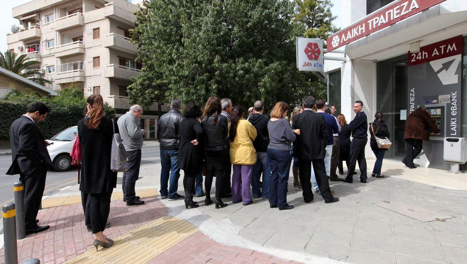 """Schlange vor dem Bankautomaten: """"Wo ist die Solidarität?"""""""