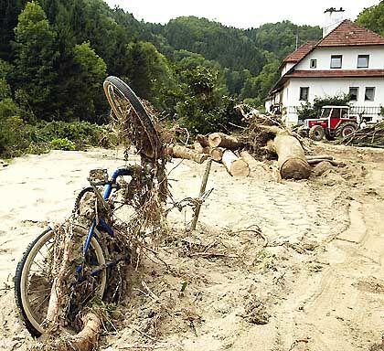 In Oberösterreich - wie hier bei Bad Mühllacken - werden nach dem Abfluss des Wassers die Schäden deutlich