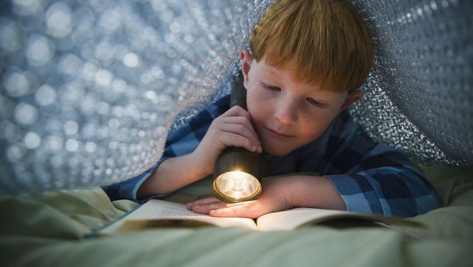 Lesen unter der Bettdecke: Nur nicht erwischen lassen