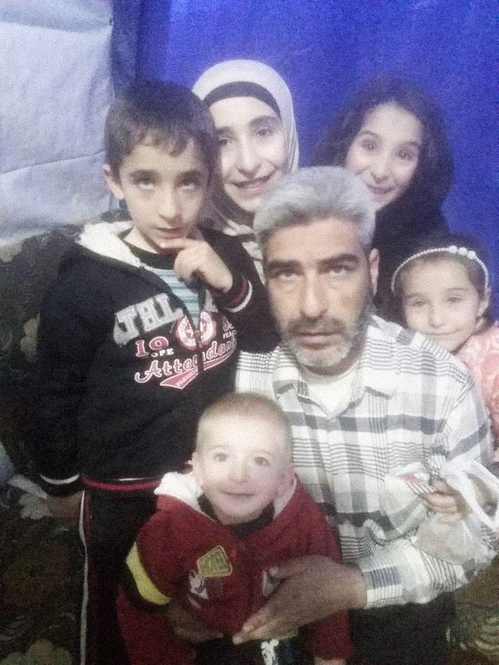 """Omer Abdulhamid Hajj Abdo mit fünf seiner sechs Kinder: """"Abstand ist ein Luxus, den wir nicht haben"""""""