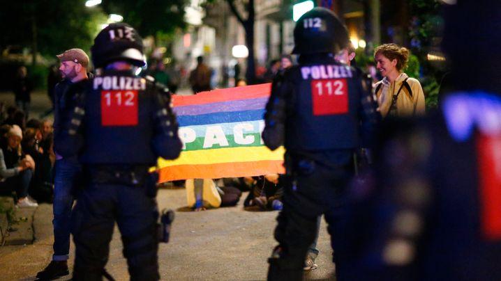 G20-Gipfel in Hamburg: Erst Peace-Zeichen, dann Randale