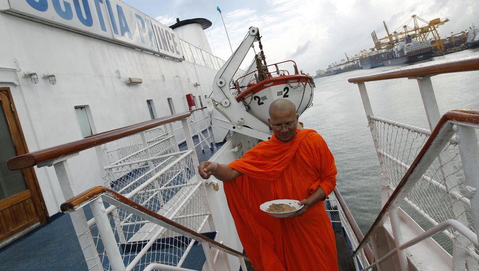 """Schiffstaufe durch einen buddhistischen Mönch: Die """"Scotia Prince"""" nimmt Fahrt auf"""