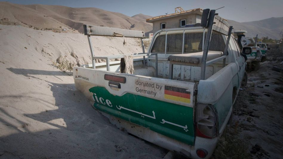 A broken-down German aid vehicle in Afghanistan. German aid organizations are opposing Berlin's demand that they cooperate more closely with the German army.