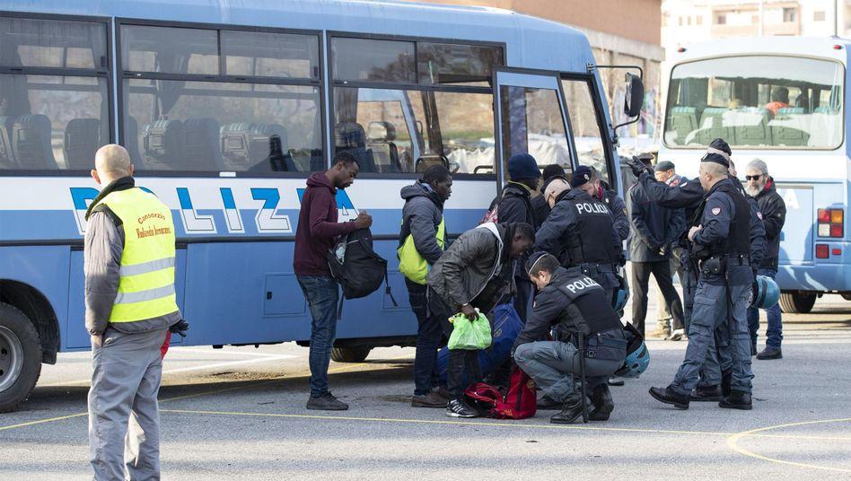 Italienische Polizei bei Personenkontrolle während der Räumung des Migrantencamps Baobab in Rom