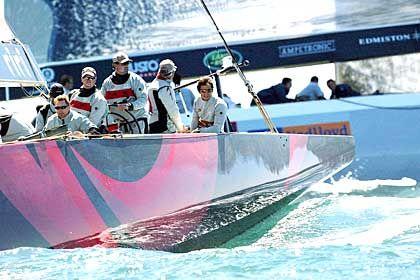 """Die Kunst, die richtige Position zu finden: """"Alinghi""""-Skipper Russel Coutts (3 v.l.) versucht seine Yacht vor dem Start in die optimale Ausgangslage zu bringen"""