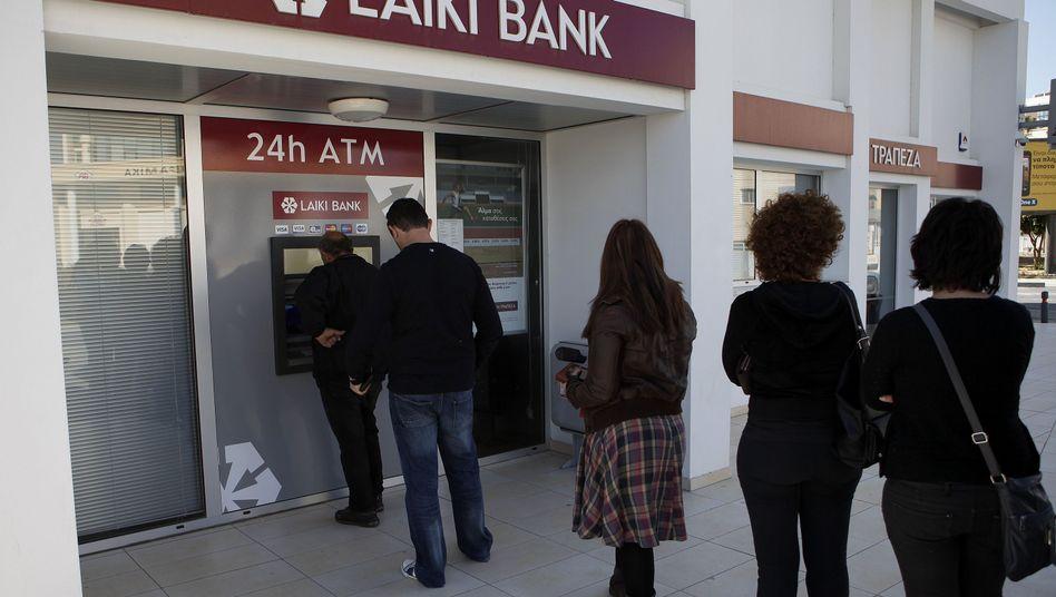 """Schlange vor einer Bank in Larnaka: """"Das ist eine Katastrophe"""""""