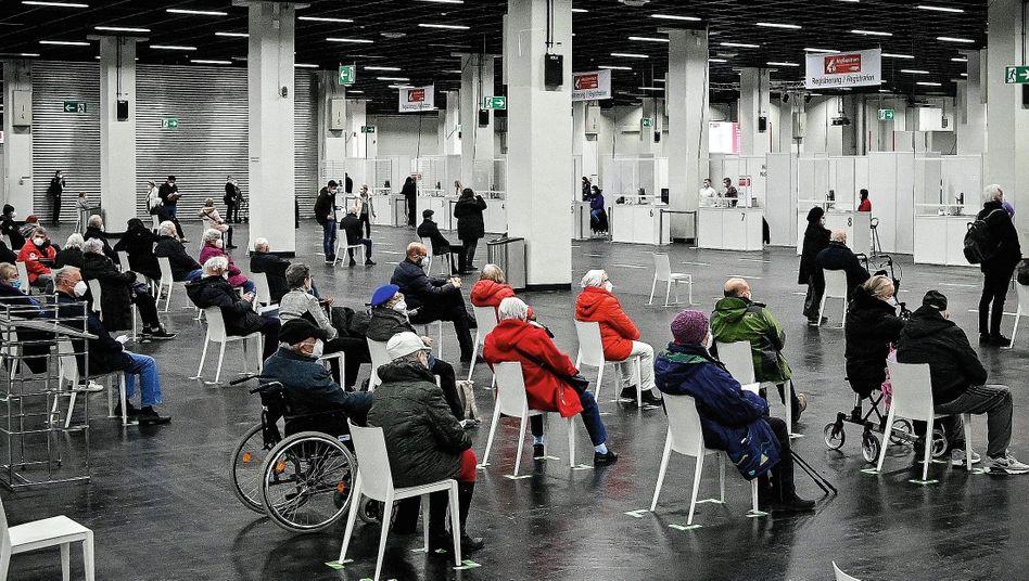 Wartende in Kölner Impfzentrum: In Hundertschaften an der Impfreihenfolge vorbei