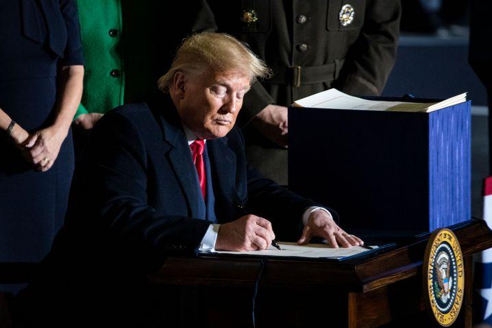 """Donald Trump bei der Unterzeichnung: """"Ernsthafte und wachsende Herausforderungen"""""""