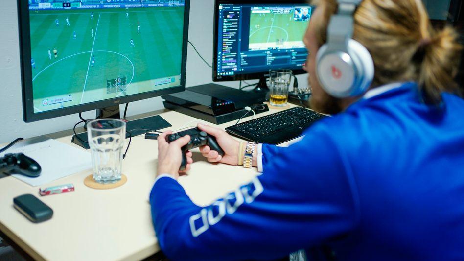 """Ein E-Sportler des SV Waldhof Mannheim spielt auf einer Konsole """"Fifa 20"""""""