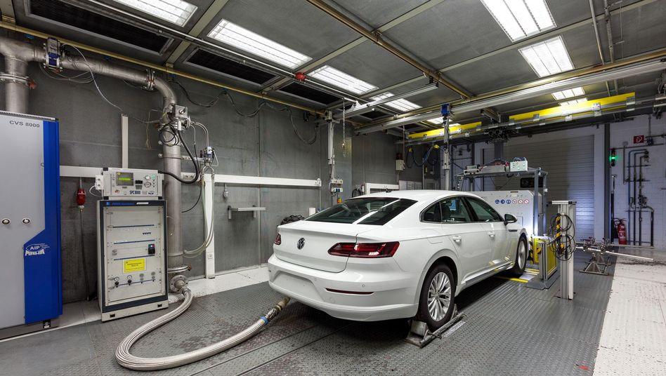 Ein VW im Prüflabor