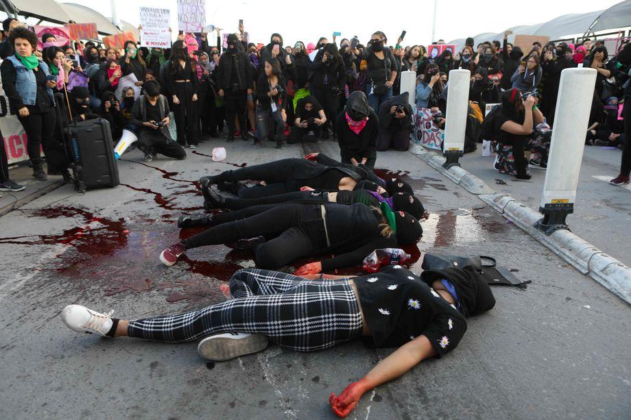 Demonstranten aus Mexiko und den USA protestieren mit einer Aktion gegen Femizide in der Grenzstadt Ciudad Juárez