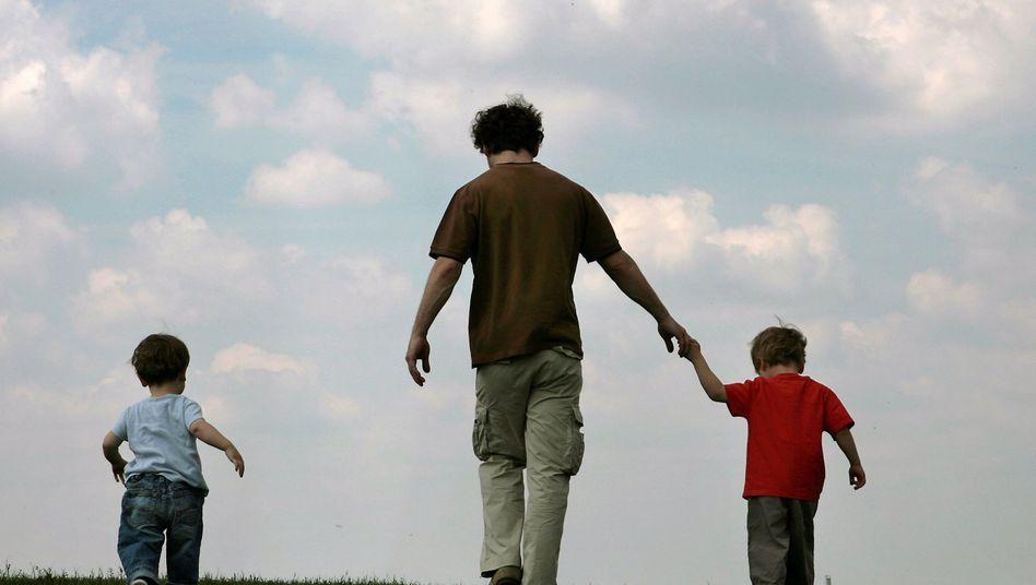 Ein Vater mit seinen Söhnen: EGMR weist zwei Menschenrechtsbeschwerden ab