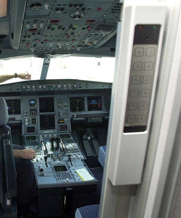 Eingabefeld für den Code an der Cockpittür: Die Aufnahme stammt aus einem Airbus A330; beim A320 ist das Tastenfeld auf der linken Seite angebracht