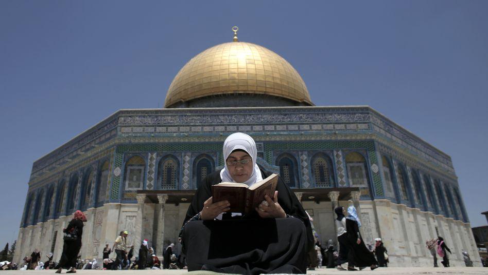 Koran-Lektüre vor dem Felsendom in Jerusalem