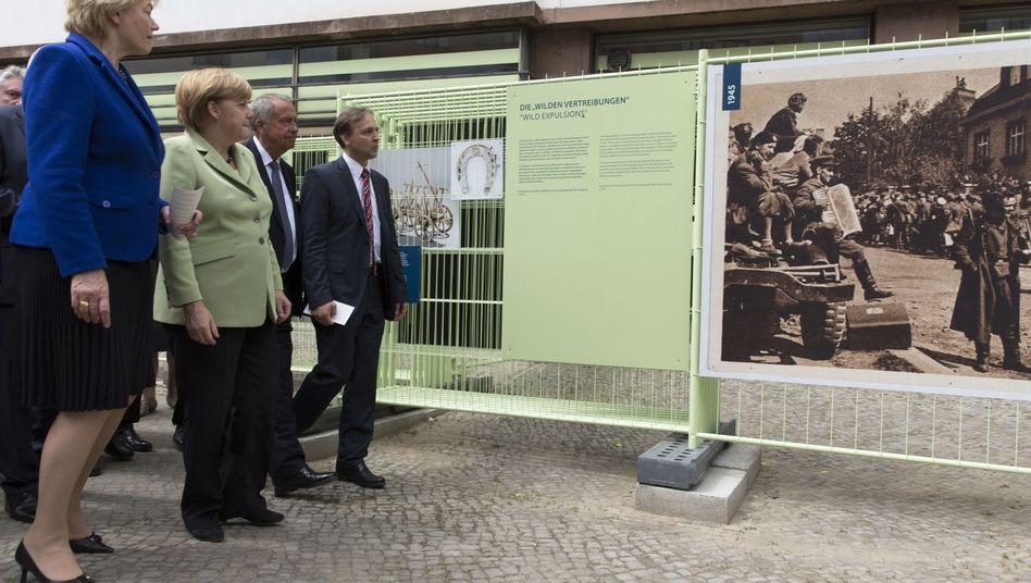 Merkel (2. v. l.) bei Vertriebenen-Ausstellung (Aufnahme von 2013): Entscheidung über den neuen Direktor