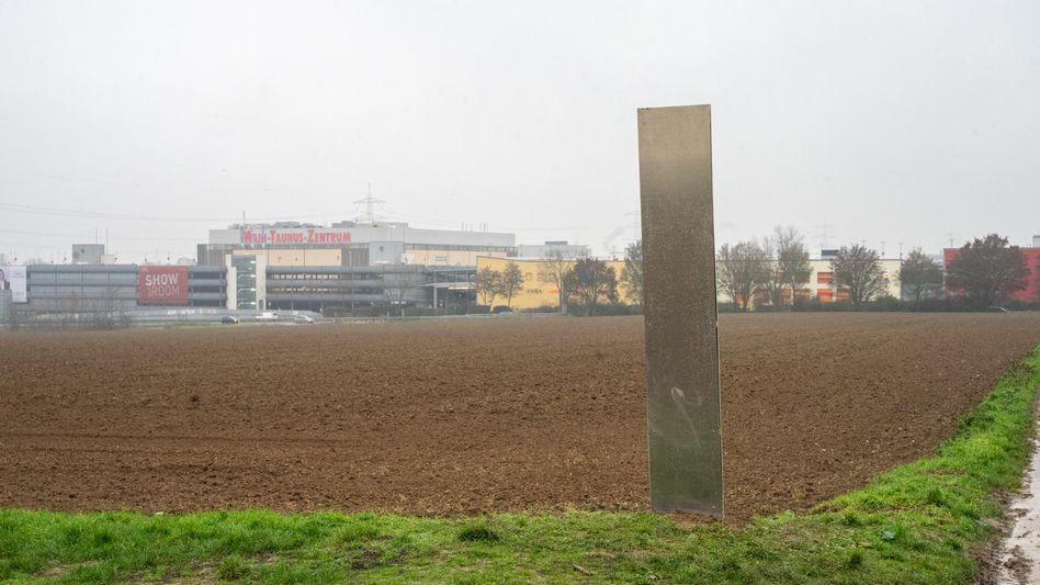 »Monolith« nahe dem Main-Taunus-Zentrum in Sulzbach