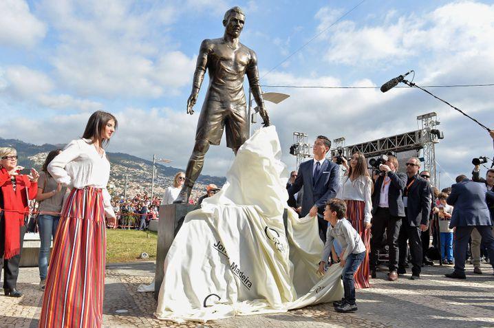 Enthüllung der Ronaldo-Statue auf Madeira 2014: Absurd betonte Männlichkeit