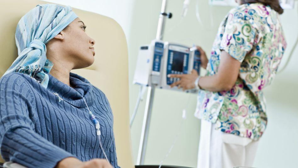 Patientin bei der Chemotherapie: Die Überlebenschancen in Deutschland sind mittlerweile ähnlich gut