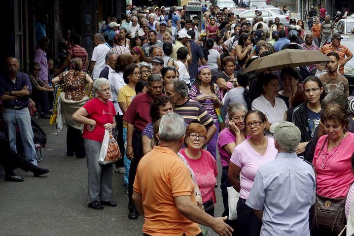 Schlange vor einem Supermarkt in Caracas