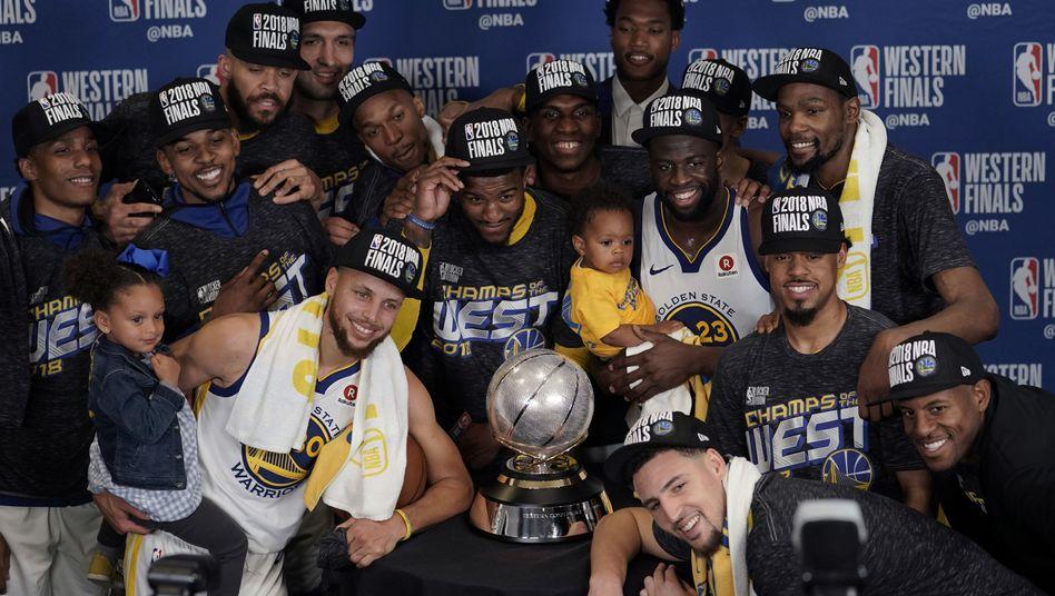 Golden State Warriors mit der Trophäe für den Gewinn der Western Conference