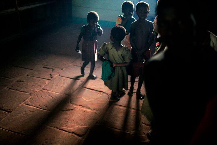 Kinder in der DR Kongo warten auf eine Impfung