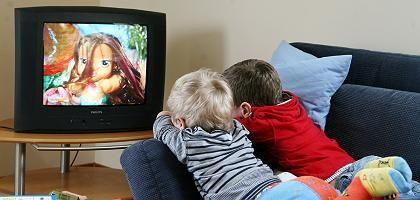 Kinder vor dem Fernseher: Weniger TV-Konsum als in anderen Ländern