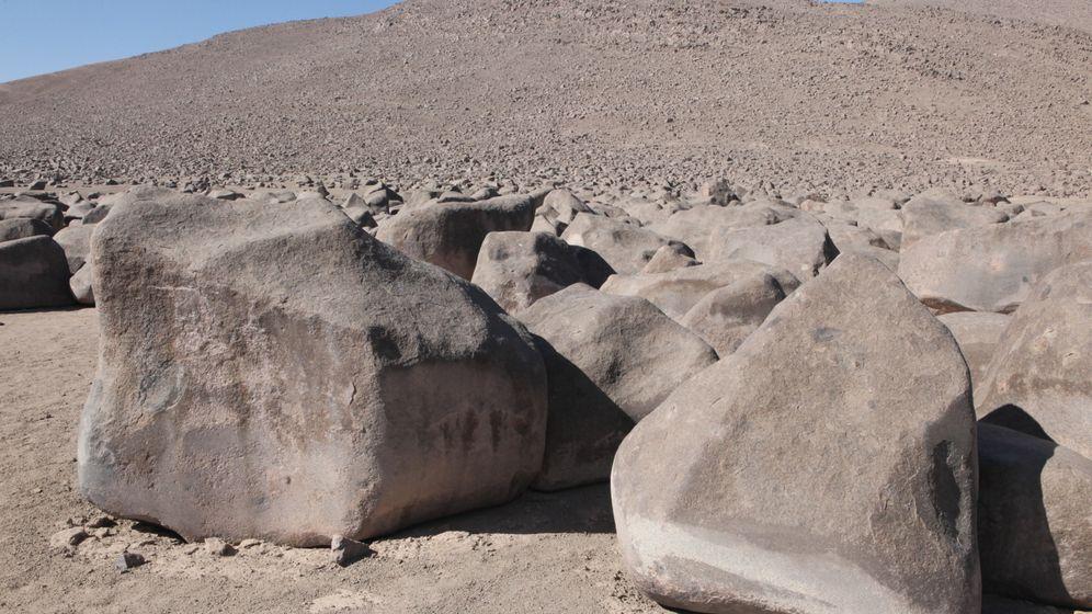 Geologisches Rätsel: Polierte Felsen in der Wüste
