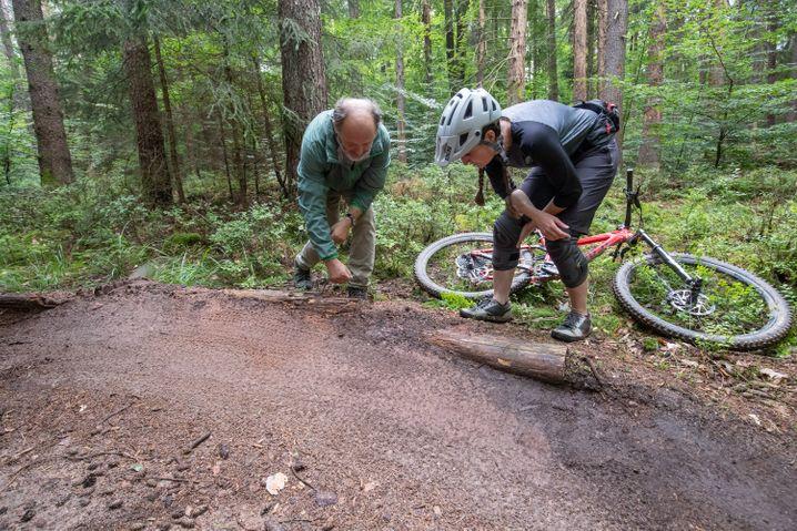 Nürnberger Reichswald: Förster Hans-Joachim Ulrich und Nora Beyer von der DIMB (Deutsche Initiative Mountainbike) begutachten die Steilkurve eines Trails