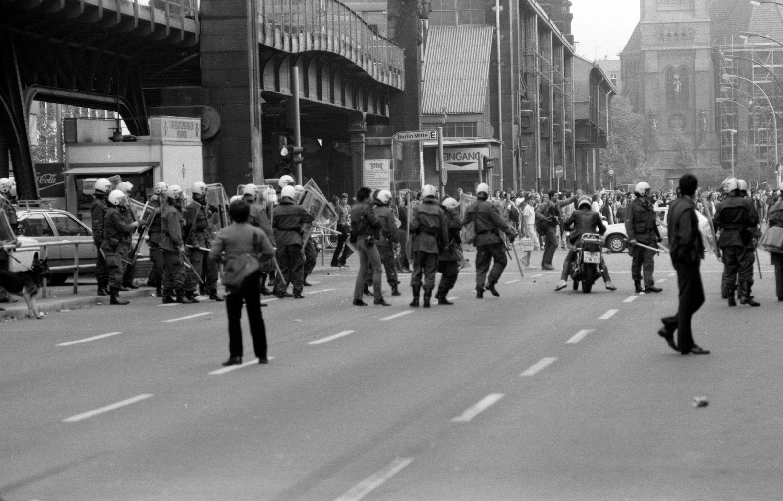 Bülowstraße, Potsdamer Straße, 22.9.1981 Der rechte Innensenator Heinrich Lummer (CDU) ließ am 22.9.1981 acht besetzte H