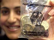 Gelassener Start: Um die ersten Euro-Münzen wurde nicht gerangelt