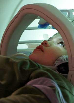 Junge vor einer Magnetresonanz-Aufnahme: Forscher auf den Spuren der Gedanken