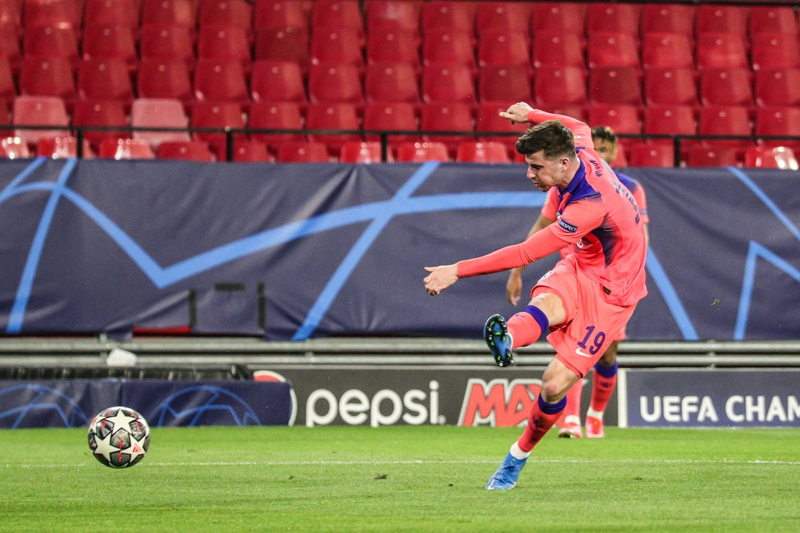 Mason Mount of Chelsea FC scoring first Chelsea goal during the UEFA Champions League Quarter Final First Leg game betw