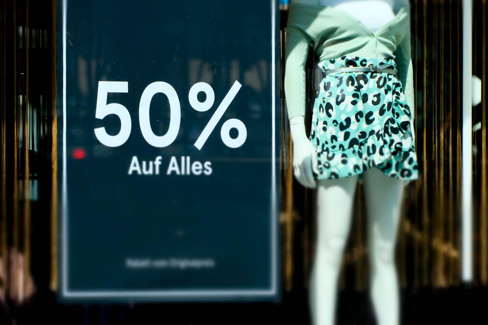 Düsseldorf 28.05.2021 Einkaufsmeile Shoppingmeile Einkaufen Shoppen Luxus Geschäft Pandemie Lockdown Covid Corona Maske