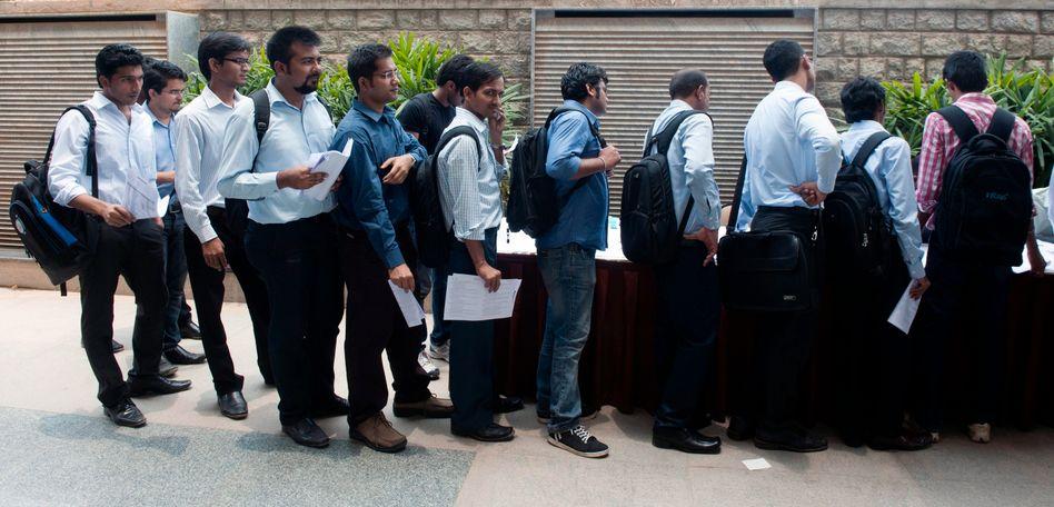 Schlangestehen für den Job: MBA-Studenten bei einer Jobmesse in Bangalore.