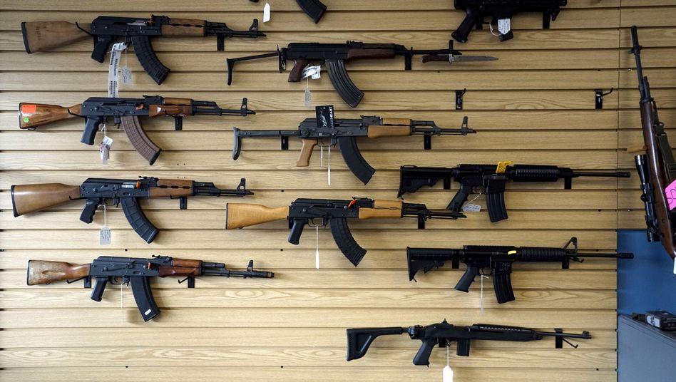 Angebot von Sturmgewehren in US-Waffenladen