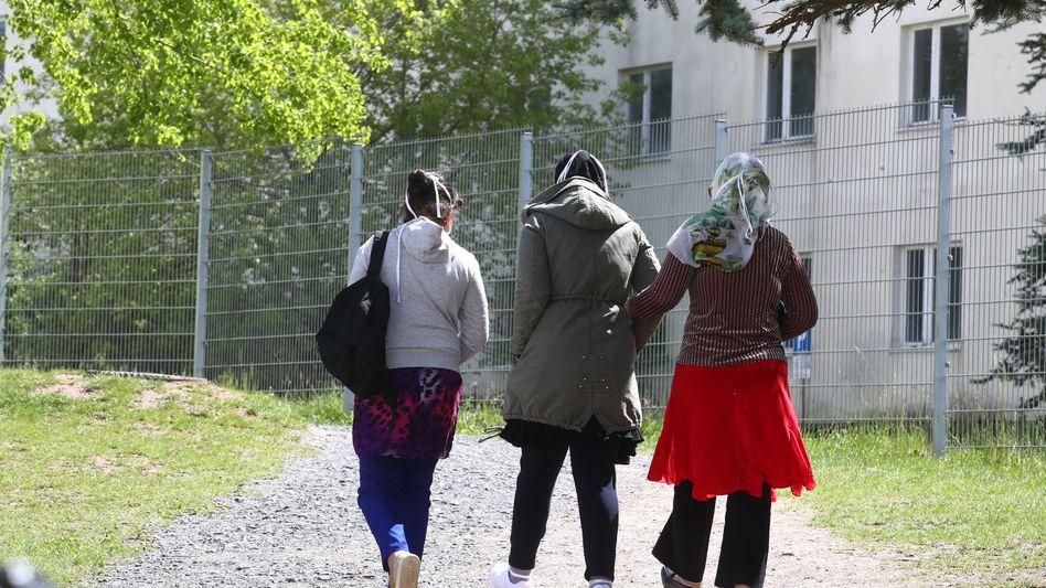 Menschen auf dem Gelände einer Erstaufnahmeeinrichtung in Thüringen