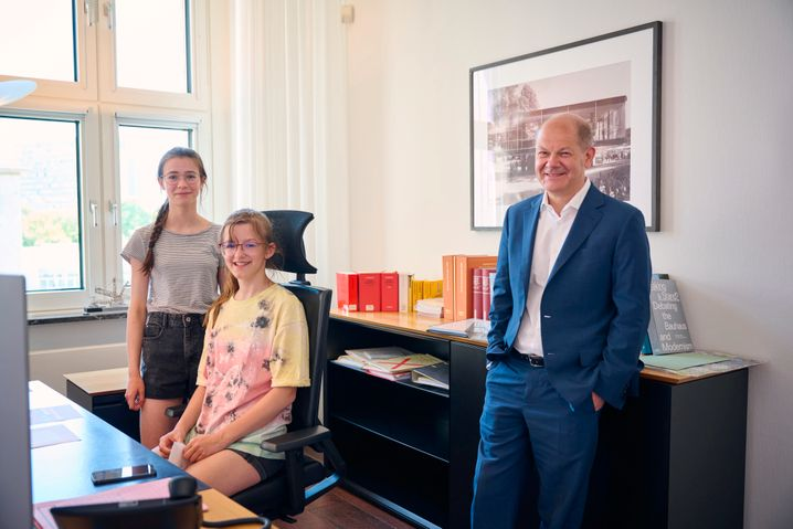 Regiert wird vom Drehstuhl aus: Luise und Carlotta sahen sich Olaf Scholz' Schreibtisch an – das Fazit: alles sehr aufgeräumt.