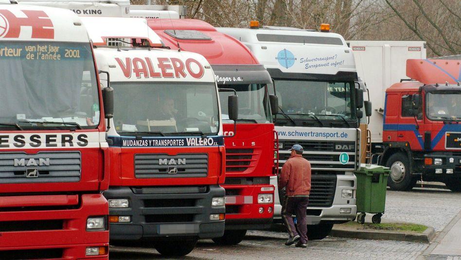 """Lastwagen auf einem Parkplatz an der A7: """"Hohe psychische und körperliche Belastung"""""""