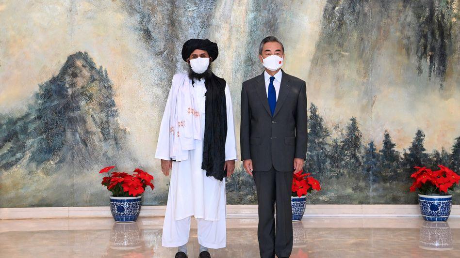 Taliban-Co-Gründer Mullah Abdul Ghani Baradar und der chinesische Außenminister Wang Yi bei einem Treffen Ende Juli
