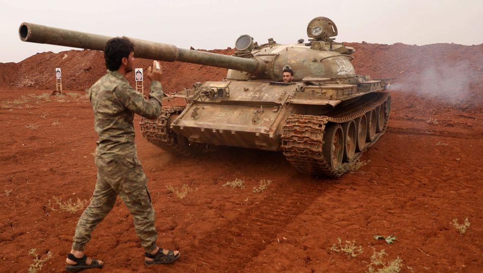 Rebellen und ein Panzer nahe Idlib