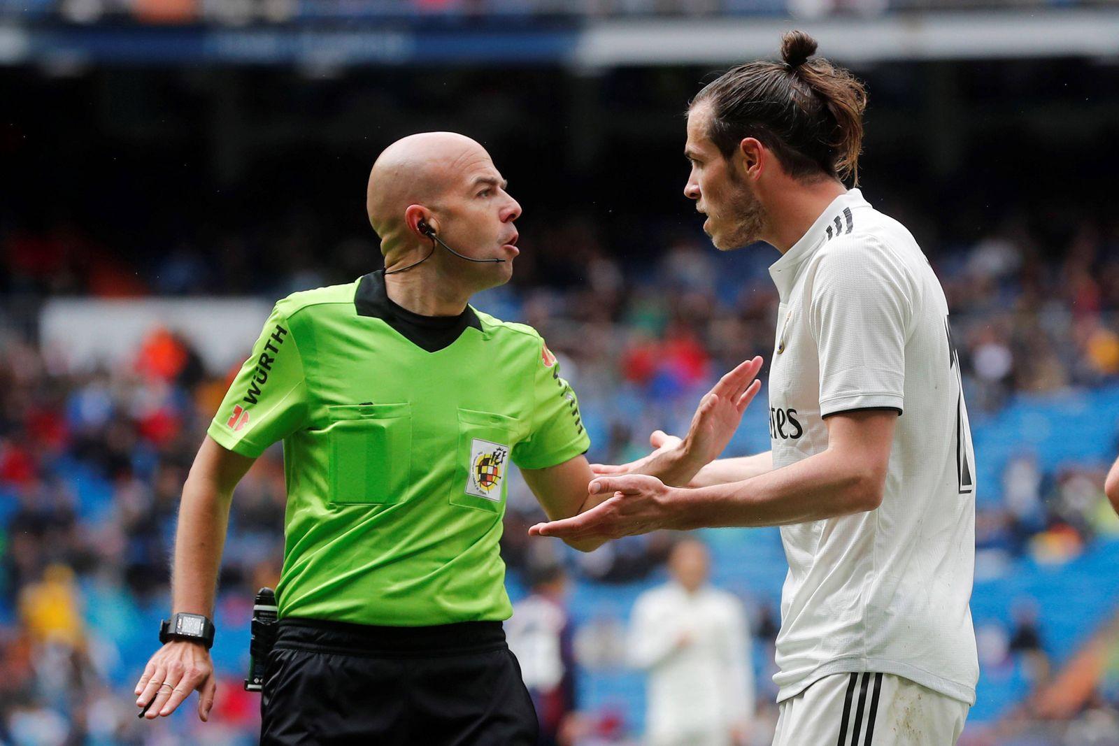 Fußball Real Madrid SD Eibar Real Madrid s Gareth Bale R talks with referee Pablo Gonzalez L
